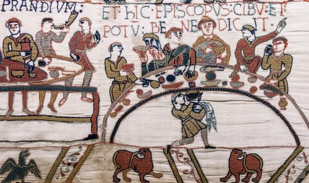 Tapisserie de Bayeux - Scène 43 : l'évêque Odon bénit le banquet.